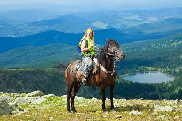 Cavaliere femminile a cavallo Foto Gratuite