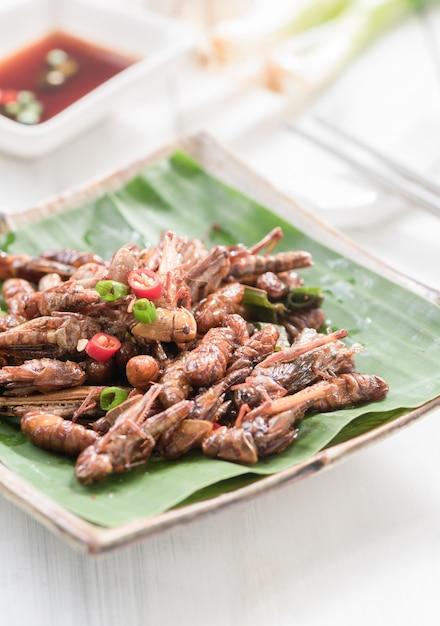 Cavallette fritte e bachi da seta fritti, wormor fritti, insetto commestibile e cibo locale a thailan Foto Premium