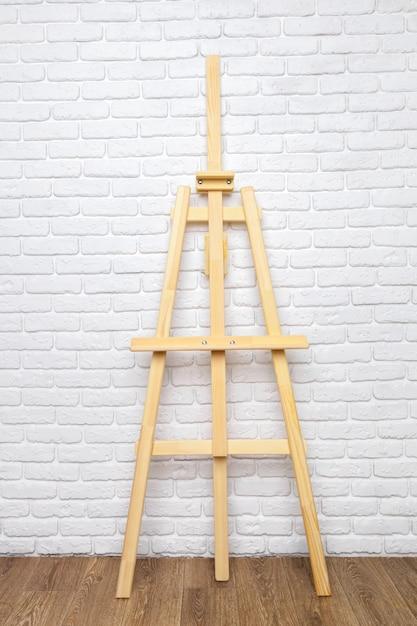 Cavalletto di legno nella stanza Foto Premium