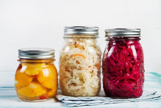 Cavolo fermentato colorato differente su una tavola di legno Foto Premium