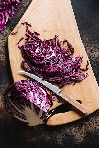 Cavolo rosso tagliato delizioso con il coltello Foto Gratuite