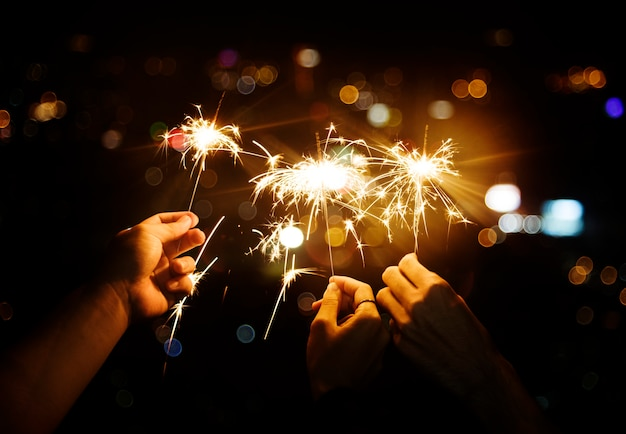 Celebrando con stelle filanti nella notte Foto Gratuite