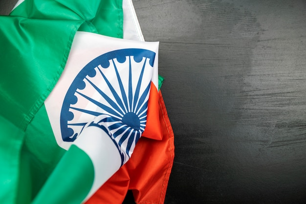 Celebrando la bandiera dell'india giorno dell'indipendenza india su fondo in legno Foto Premium