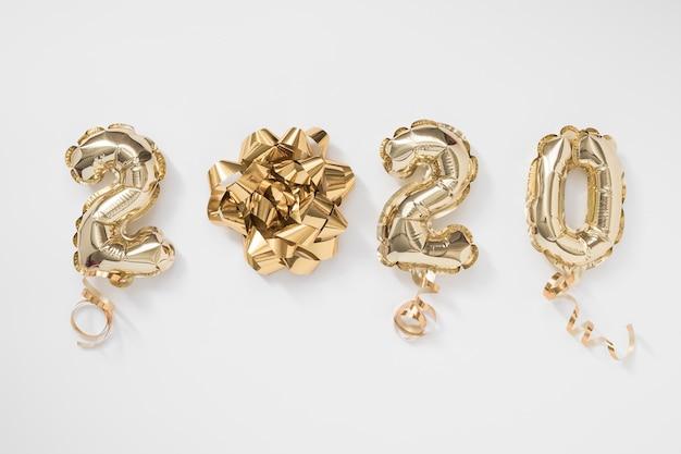 Celebrazione del nuovo anno 2020. numero di palloncini lamina d'oro 2020 su sfondo bianco Foto Premium