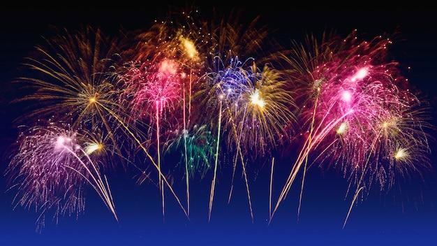 Celebrazione di fuochi d'artificio colorati e il cielo al crepuscolo Foto Premium