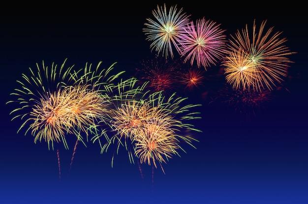 Celebrazione di fuochi d'artificio e lo sfondo del cielo al crepuscolo. Foto Premium