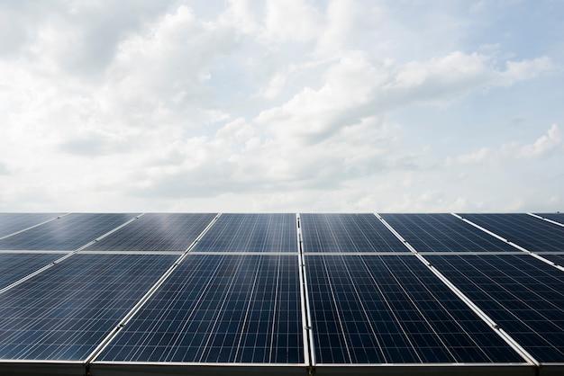 Cella fotovoltaica nella centrale elettrica per l'energia alternativa dal sole Foto Gratuite