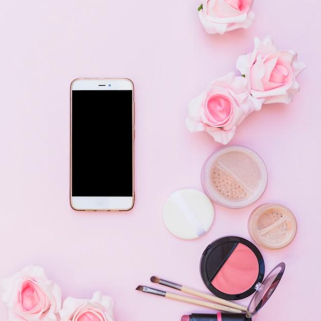 Cellulare Prodotti Cosmetici E Fiori Su Sfondo Rosa Su Sfondo Rosa