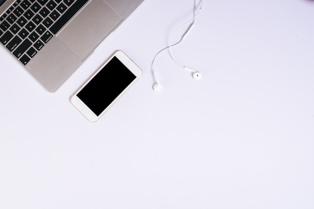 Cellulare vista dall'alto sulla scrivania bianca Foto Gratuite
