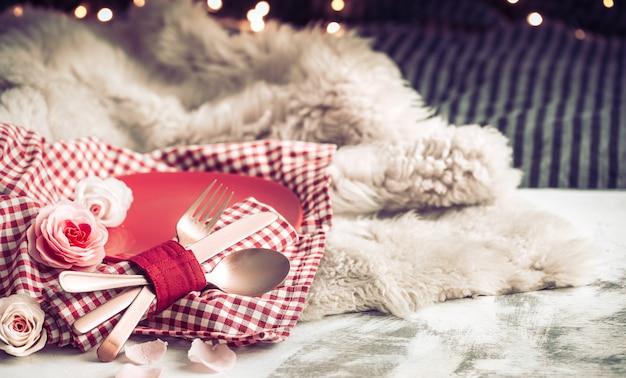 Cena festiva di san valentino su una coltelleria di legno del fondo Foto Gratuite