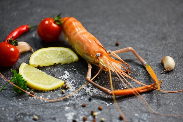 Cena gourmet con gamberetti e gamberetti Foto Premium