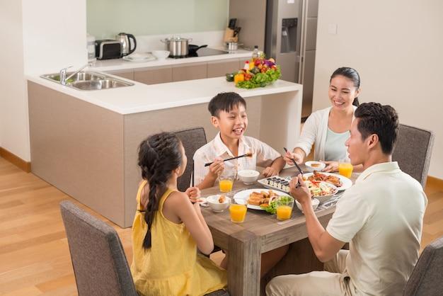 Cenare insieme Foto Premium