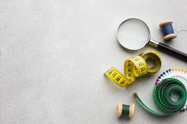 Centimetro per la cucitura e la lente d'ingrandimento disteso in piano Foto Gratuite
