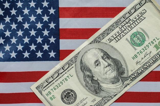 Cento dollari sulla bandiera americana Foto Premium
