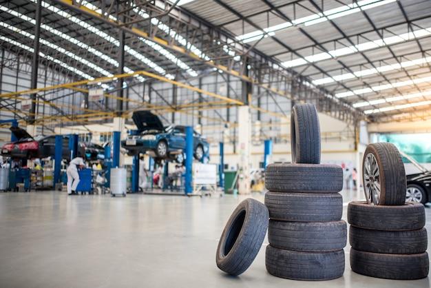 Centro di manutenzione e assistenza auto. riparazione e sostituzione di pneumatici per veicoli. cambio stagionale degli pneumatici Foto Premium