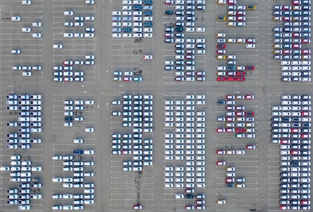 Centro logistico concessionari auto, auto nuove parcheggiate. Foto Premium