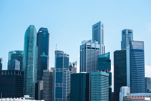 Centro moderno di affari, paesaggio urbano centrale del paesaggio del distretto aziendale con bello cielo soleggiato. Foto Premium