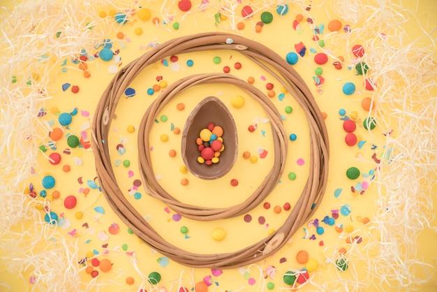 Cerchi di legno tra dolci caramelle Foto Gratuite