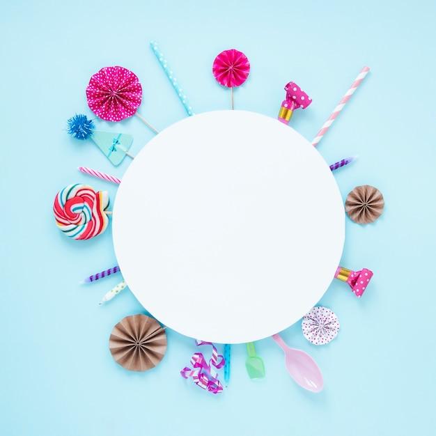 Cerchio bianco con decorazioni di compleanno attorno Foto Gratuite