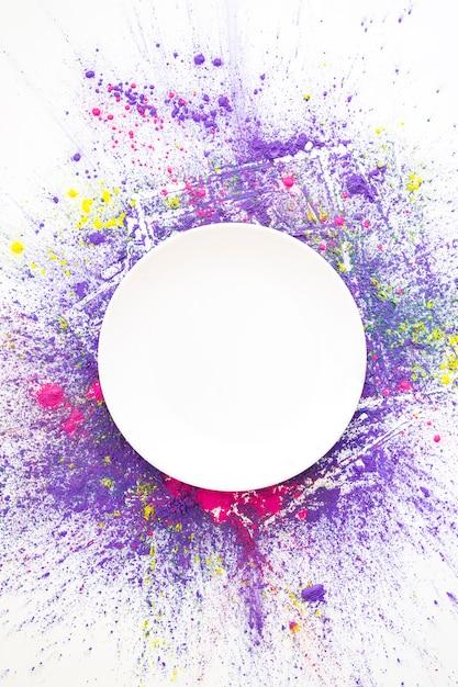 Cerchio bianco su colori asciutti brillanti rosa, viola e gialli Foto Gratuite