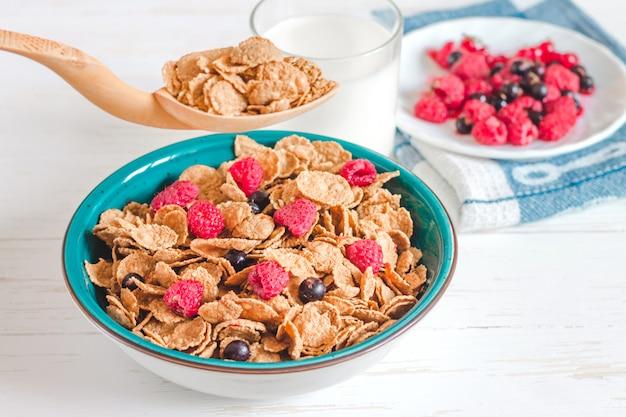 Cereali per la colazione con latte su uno sfondo bianco Foto Premium