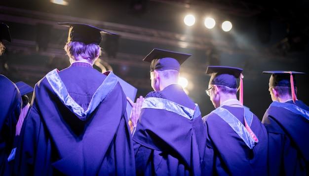 Cerimonia di laurea con studenti orgogliosi Foto Premium