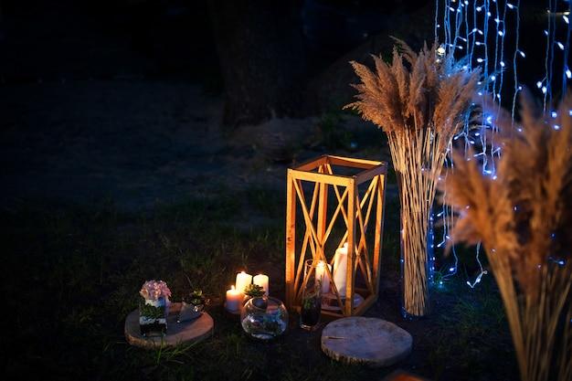 Cerimonia nuziale di notte con un sacco di luci, candele, lanterne Foto Premium