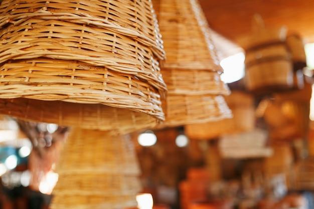 Cestini di vimini fatti a mano, oggetti e souvenir presso il mercato dell'artigianato di strada Foto Premium