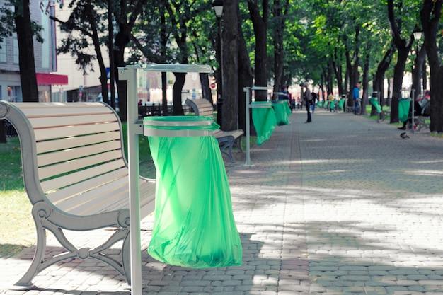 Cestino con sacchetto di plastica tra i vicoli della città Foto Premium