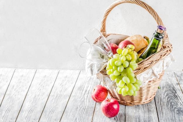 Cestino da picnic con pane e vino alla frutta Foto Premium