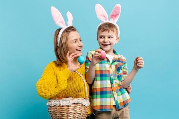 Cestino della holding del figlio e della madre delle uova verniciate Foto Gratuite