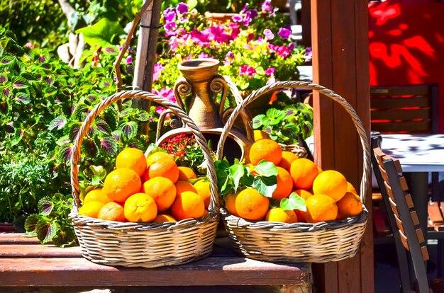 Cesto con arance vicino all'ingresso del museo del minotauro Foto Premium