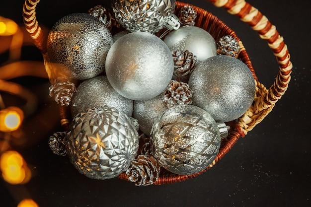 Cesto con decorazioni natalizie su sfondo nero Foto Premium