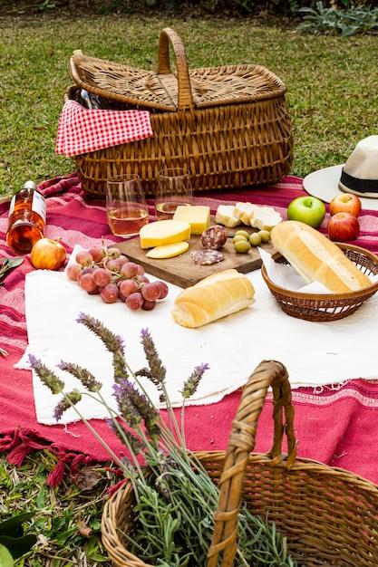 Cesto con lavanda accanto a chicche da picnic Foto Gratuite