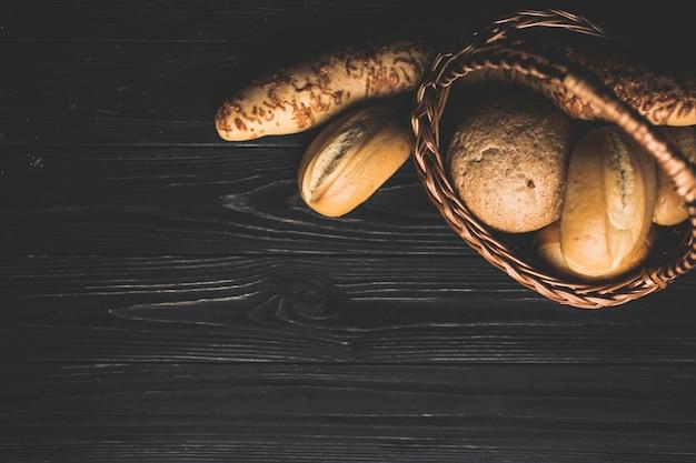 Cesto con panini dorati sul tavolo Foto Gratuite