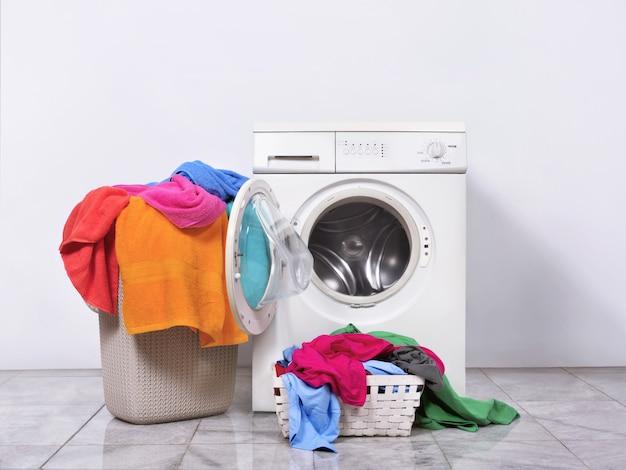 Cesto della biancheria e lavatrice a casa Foto Premium