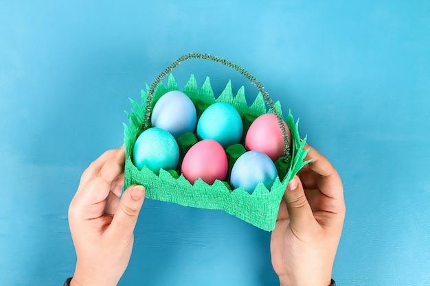 Cesto fai da te uovo di pasqua dal vassoio di cartone Foto Premium