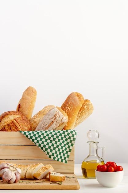 Cesto in legno con varietà di pane Foto Gratuite