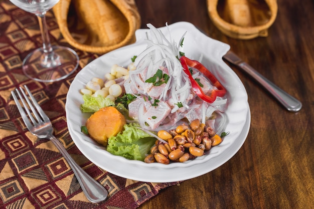 Ceviche di pesce su un elegante tavolo da ristorante Foto Premium
