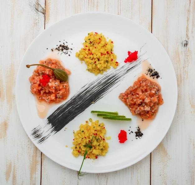 Ceviche. tre ceviche di gamberi colorati con mango, avocado e pomodori. Foto Premium