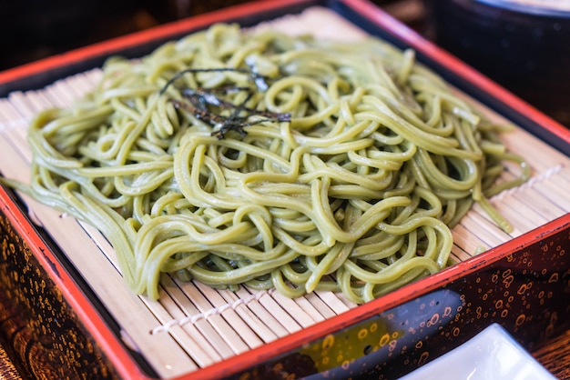Cha soba giapponese (tè verde soba) in piatto Foto Premium