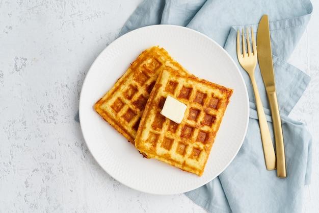Chaffle, dieta salutare chetogenica. cialde keto fatte in casa con uovo, mozzarella Foto Premium