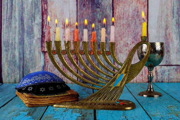 Chanukah accende tutti un simbolo ebraico con celebrazione del vino kosher e kipah Foto Premium