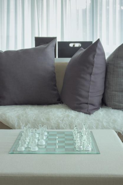 Chass di cristallo sul tavolo naxe al divano nel soggiorno Foto Premium
