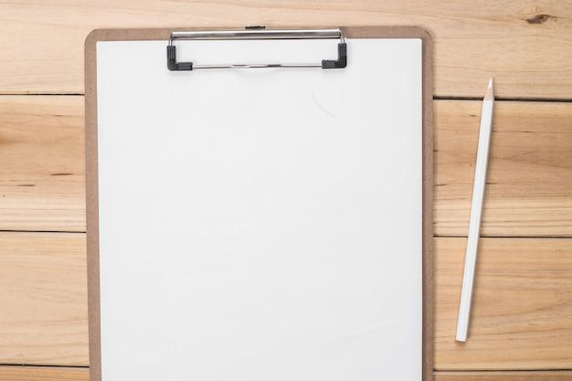 Checklist con una matita Foto Gratuite