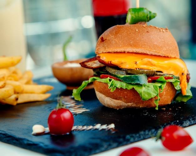 Cheeseburger e patate fritte croccanti del pollo Foto Gratuite