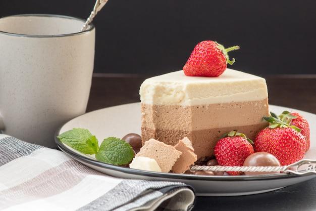 Cheesecake a strati deliziosi sul piatto Foto Premium