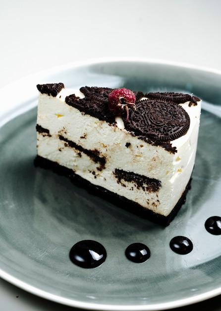 Cheesecake condita con biscotti di frutti di bosco e cioccolato Foto Gratuite