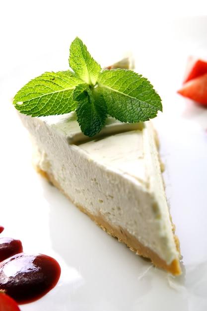 Cheesecake fresco servito con la menta Foto Gratuite