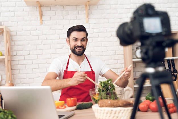 Chef che presenta ingredienti alimentari per gli spettatori di podcst culinari Foto Premium